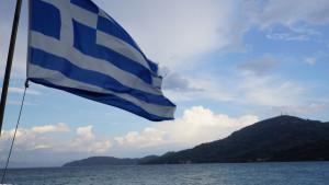 Griechische Fahne auf dem Meer