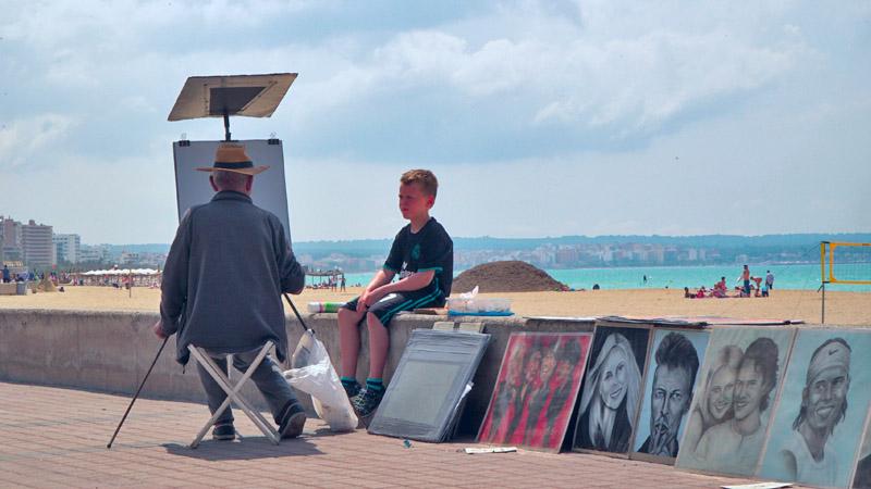 Junge am Strand wird gezeichnet