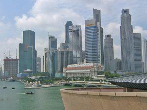 Singapur Skyline mit Hafen im Hintergrund