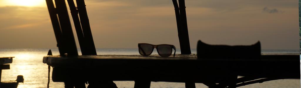Sonnenbrille im Sonnenuntergang